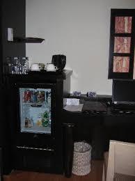 sous le bureau le minibar et le bureau des bonbons se trouvaient dans le tiroir