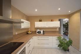 peinture pour mur de cuisine peinture naturelle et enduit à la chaux dans une cuisine à belcodène