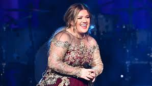 kelly clarkson performs her annual christmas concert in nashville