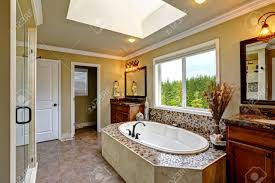 salle de bain luxe salle de bains intérieure de luxe avec puits de lumière baignoire
