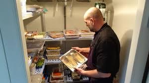 chambre froide restaurant beaucoup de poissons dans la chambre froide du restaurant le carouge