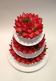 hochzeitstorte erdbeeren sommerhochzeit