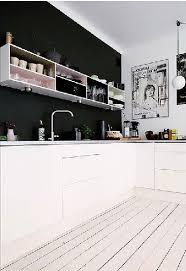 mur noir cuisine peinture un mur noir dans une cuisine blanche c est tendance