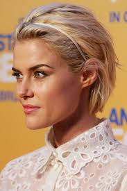 hair styles while growing into a bob 10 minute dos 12 quick ways to style short hair via brit co
