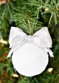 32 snowball décor ideas for winter holidays digsdigs