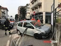 si e auto monza incidente monza via cavallotti auto contro muretto