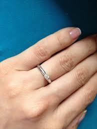 a illos de boda en que mano usan sus anillos de compromiso y luego el de boda
