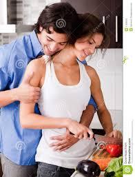 couples amour cuisine couples appréciant leur amour dans la cuisine photo stock image