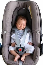 siege auto nouveau né garçon nouveau né dort dans un siège d auto banque d images et