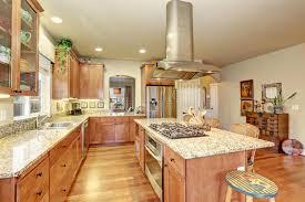 cuisine parfaite cuisine parfaite avec le plancher en bois dur et l île photo stock