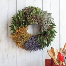herb wreath mixed herb wreaths sur la table