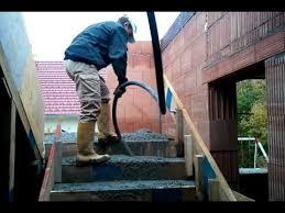 treppen einschalen stiege wird betoniert und gerüttel