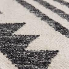 teppich mit sternen teppich seoni eierschale schwarz mit ethno muster urbanara