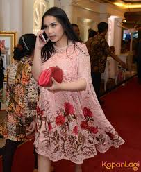 wedding dress nagita slavina nagita slavina til anggun dengan dress warna merah muda