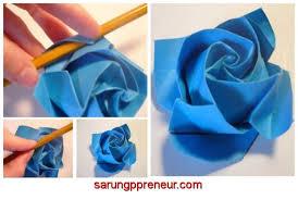 membuat hiasan bunga dari kertas lipat cara membuat origami bunga mawar sarungpreneur