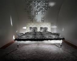 Schlafzimmer Mit Polsterbett Ausdrucksstarkes Polsterbett Mit Swarovski Kristallen Roomido Com