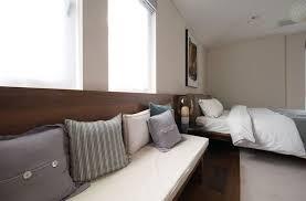 banc chambre coucher tête de lit en bois de noyer massif avec banc et rangement intégré