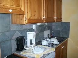 cuisine avec gaziniere coin cuisine avec vaisselle gazinière frigo cafetière