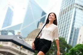 femme de bureau femme d affaires asiatique à la marche à l extérieur de hong kong