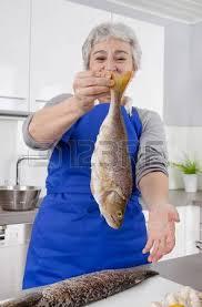 femme plus cuisine une femme plus âgée aux cheveux gris dans la cuisine préparer le