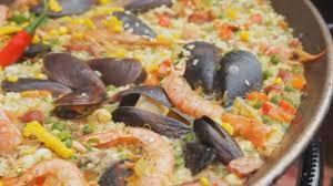 cuisine traditionnelle espagnole paella espagnole avec riz jaune crevettes et moules de cuisson au