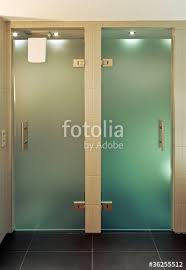 glastüren badezimmer zwei glastüren im badezimmer stockfotos und lizenzfreie bilder