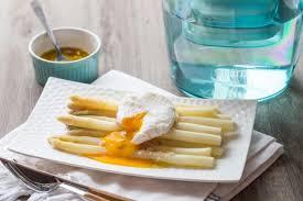 comment cuisiner des asperges blanches recette asperges blanches et oeufs pochés en pas à pas