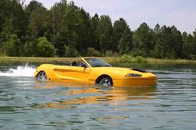 watercar gator s jednim automobilom se vozi po cesti ali i plovi po moru