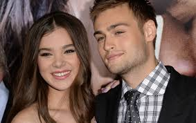 romeo and juliet hairstyles douglas booth spills on kissing hailee steinfeld in romeo