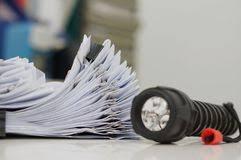 le de bureau à pile piles de papier sur la table de bureau image stock image du