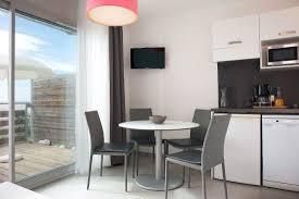 cuisine pour appartement appartement 1 chambre vue mer salon et cuisine photo de
