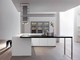 wunderschöne helle küche in berlin mit sitzgelegenheit sideboard