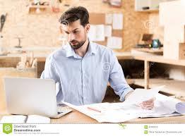 Schreibtisch Mit Erbau Kaufen Starker Jugendlicher Bärtiger Bauholzhandwerker Der über Gerät Am