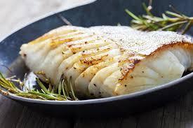 cuisiner dos de cabillaud poele cabillaud poêlé légumes rôtis et beurre aux herbes fitnext