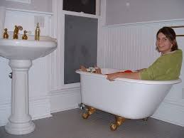 clawfoot tub in small bathroom home interior ekterior ideas