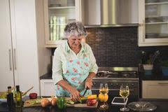 femme nue cuisine femme travaillant sur le pc dans la cuisine photo stock image du