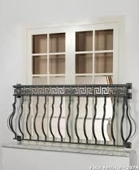 balkon gitter balkon geländer schmiedeeiserne akzente französische fenster