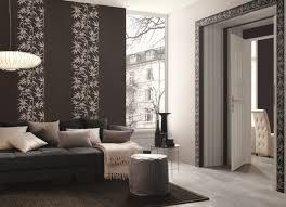 coussins originaux canapé murs papier peint intissé marron sombre motifs blancs feuilles