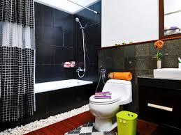 desain kamar mandi warna hitam putih tipuan mata dari susunan keramik hitam putih ideaonline