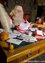 bureau de poste pr騅ost père noël lit des lettres dans bureau de poste post office