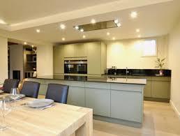 cuisine au milieu de la cuisine ouverte avec ilot cuisine avec poteau au milieu 3