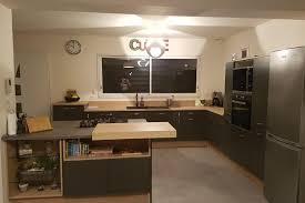 cuisiniste chateauroux cuisine client cuisine foncée ouverte sur le salon conçue par