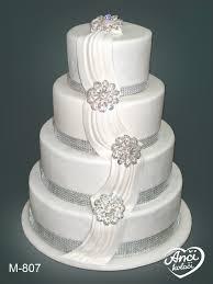 bela sa roze detaljima i cvetovima svadbene torte pinterest