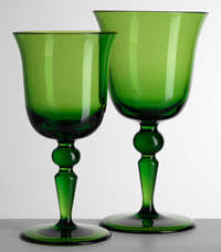 bicchieri verdi sulla tavola di primavera vincono i colori bucolici e fluo