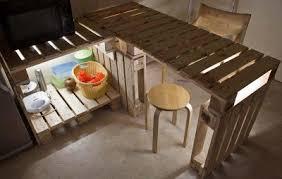 table de cuisine en palette table et meubles de cuisine de palettes avec un éclairage très
