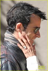 Jennifer Aniston Wedding Ring by Jennifer Aniston Flashes Engagement Ring With Justin Theroux
