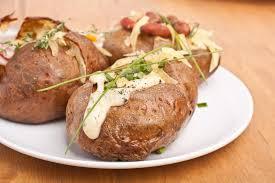 patate en robe de chambre portion des pommes de terre en robe de chambre cuites au four photo