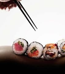 femme nue cuisine photo le sushi le principe manger des sushis sur le corps