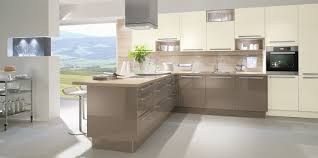modern kitchen in neutral colours and wooden worktop cocina