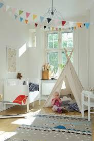 d馗oration indienne chambre chambre bebe fille avec tipi et peinture blanche
